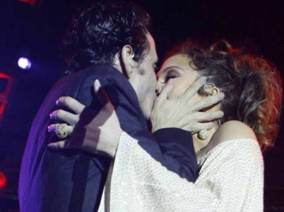 Jennifer Lopez and husband Marc Anthony kiss as they perform at the Ocean Drive/Market America Super Bowl XLI party Saturday night, Feb. 3, 2007, in the South Beach section of Miami Beach, Fla.  (AP Photo/Chris Polk) Foto: AP