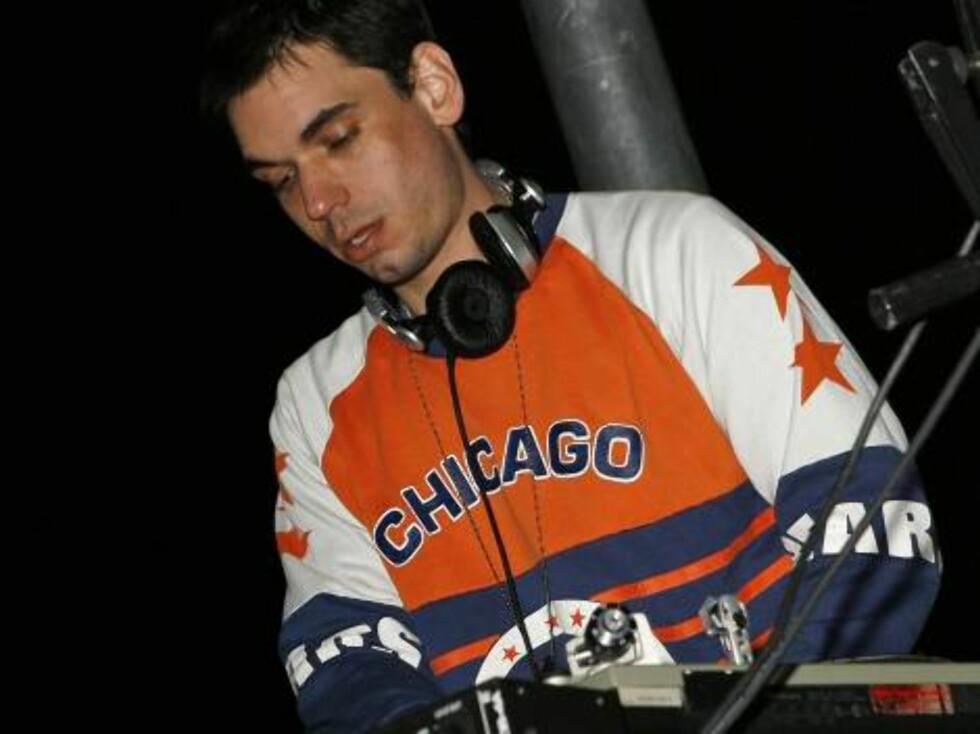 DJ AM spins inside the Ocean Drive/Market America Super Bowl XLI party Saturday night, Feb. 3, 2007, in the South Beach section of Miami Beach, Fla.  (AP Photo/Chris Polk) Foto: AP