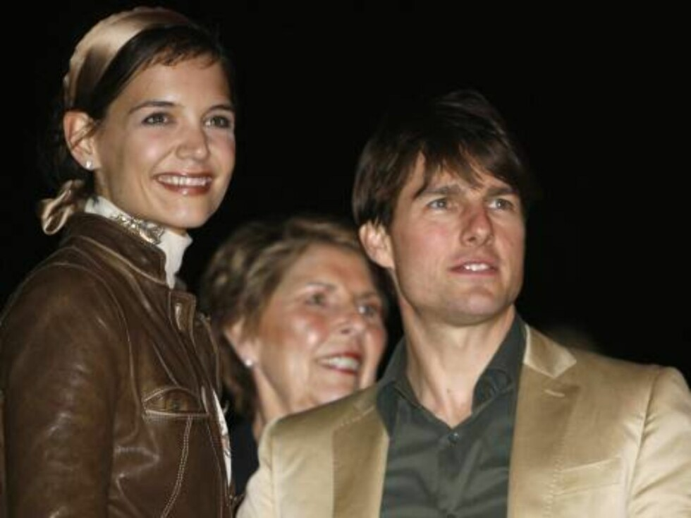 Katie Holmes, left, and husband Tom Cruise, right, along with Cruise's mother Mary are seen inside the Ocean Drive/Market America Super Bowl XLI party Saturday night, Feb. 3, 2007, in the South Beach section of Miami Beach, Fla.  (AP Photo/Chris Polk) Foto: AP