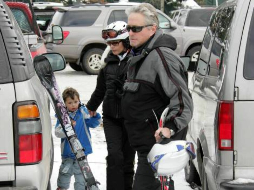 EXCLUSIVE pictures of Catherine Zeta -Jones with no makeup in Aspen with son Dylan and husband Michael Douglas. Zeta wears a helmet, dad Michael is waiting for her a little tired. December 20, 2005 EXCLUSIVE X17agency / ALL OVER PRESS Foto: All Over Press