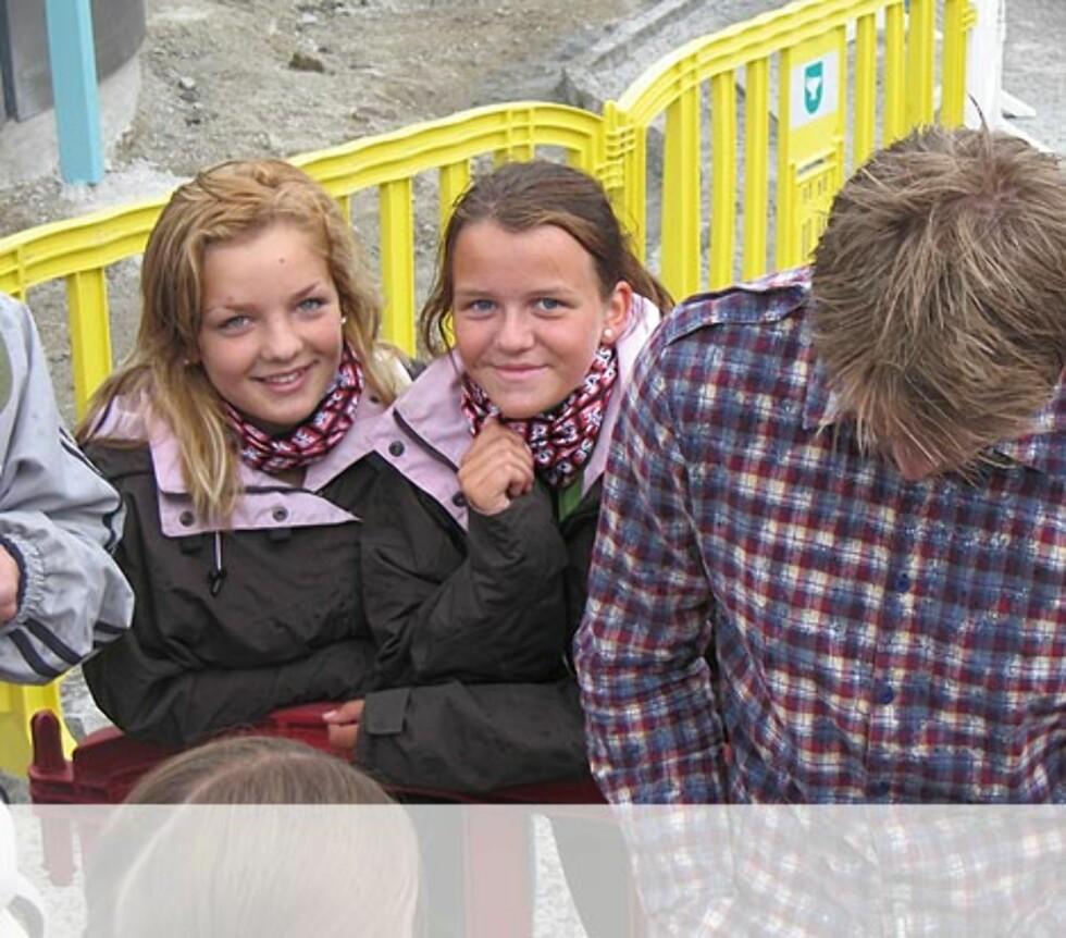 Jentene venter på autograf fra Gaute på Sandnes. Foto: Unni Eiklid