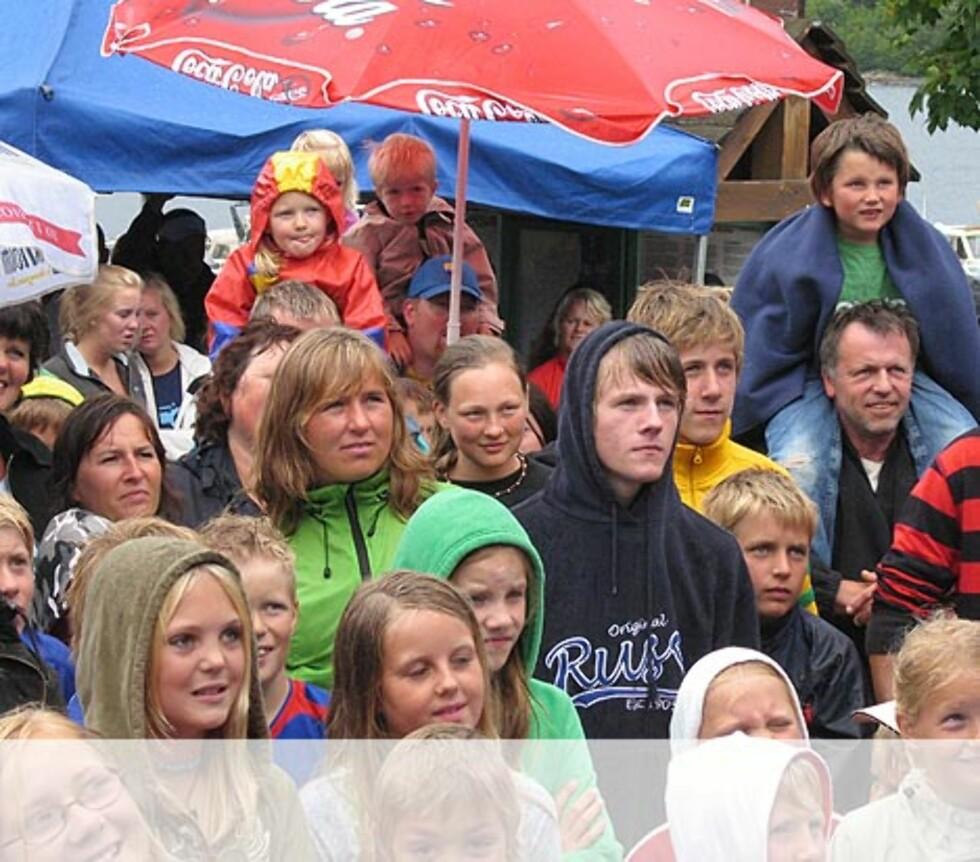 Klare selv med parasoller - Helgøysund.J Foto: Unni Eiklid