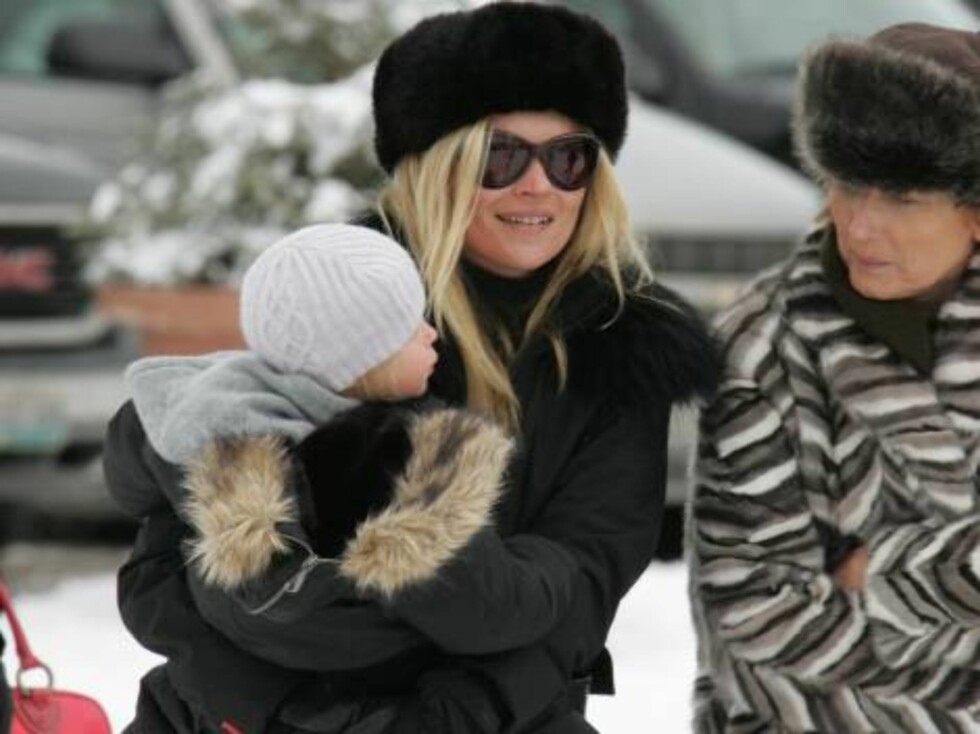 Top model Kate Moss carrying her daugher Lila Grace in Aspen Colorado in the snow. December 28, 2005 X17agency exclusive / ALL OVER PRESS Foto: All Over Press