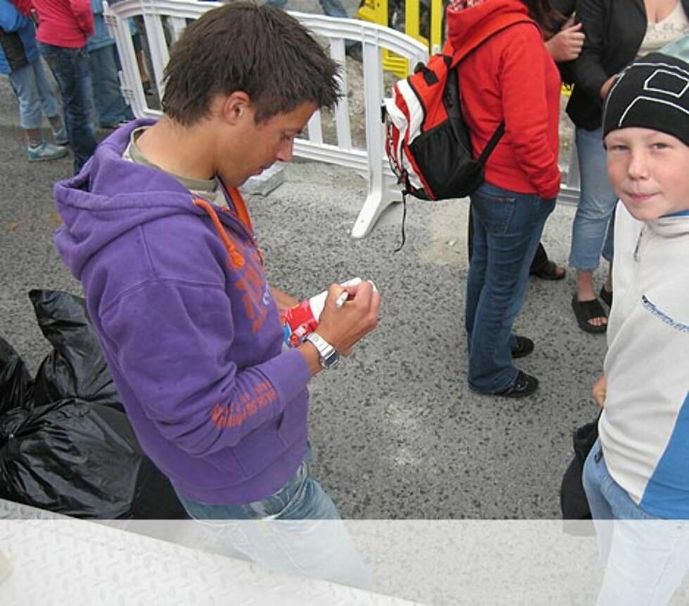 Nils Ingar skriver autograf til en fornøyd publikum i Sandnes Foto: Unni Eiklid