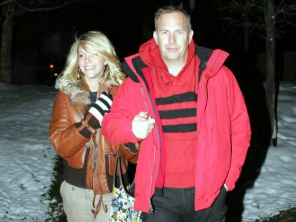 Kevin Costner ans wife Christine strolling in Aspen, Colorado where they spend New Years eve. January 1, 2006 X17agency EXCLUSIVE / ALL OVER PRESS Foto: All Over Press