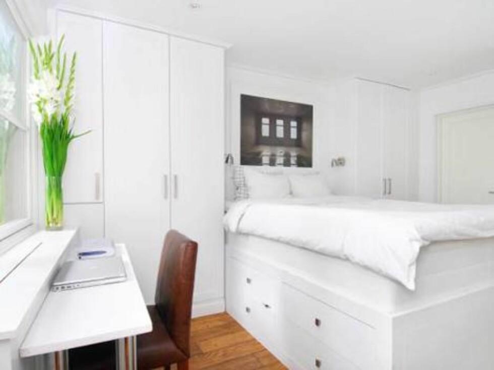 DELIKAT: Parets soverom er som resten av leiligheten lyst og delikat. Sengen er bygget inn i rommet med en bunn av skuffer. Dette øker skapplassen betraktelig. Foto: Inviso/ Christian NB Christens