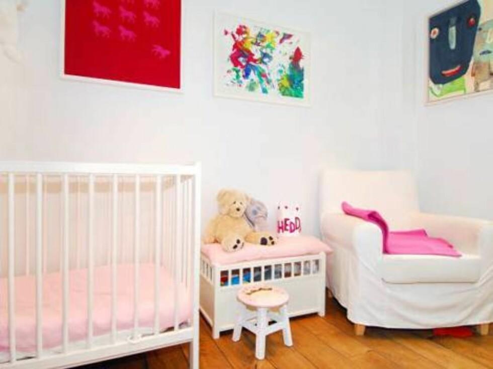 BARNEROMMET: Parets datter Hedda (1) har eget soverom. Også her er stilen gjennomført, med detaljer i rosa.   Foto: Inviso / Christian NB Christen