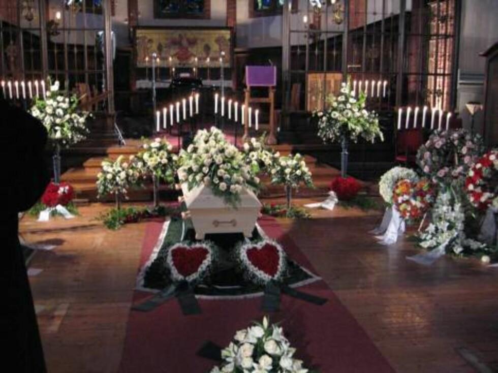 VERDIG FARVEL: Uranienborg kirke var fylt av blomster og kranser. Foto: seher.no