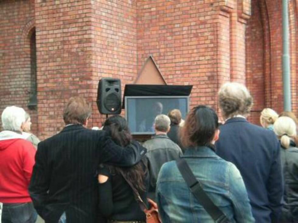 STORSKJERM: Det var mange som ikke fikk plass inne i kirken, og for dem ble det satt opp storskjerm. Foto: seher.no