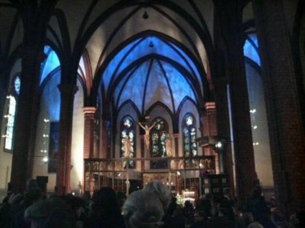 FULLSATT: Uranienborg kirke var fylt til siste plass, og anda var det kø utenfor. Foto: seher.no