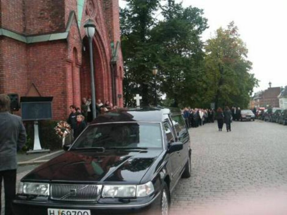 BÅREBILEN: Allerede en time før begravelsen var det kø utenfor kirken. Foto: seher.no