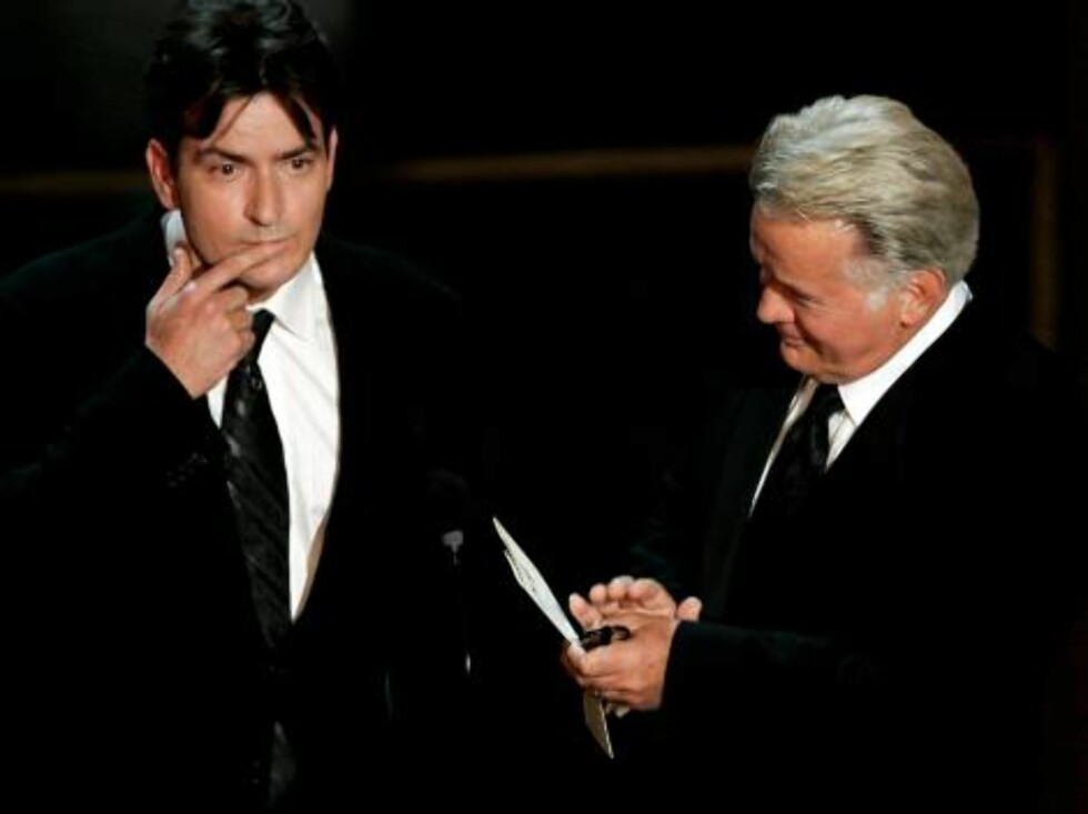 LOS ANGELES - AUGUST 27:  Actors Charlie Sheen (L) and Martin Sheen present the award for Outstanding Supporting Actress in a Drama Series onstage at the 58th Annual Primetime Emmy Awards at the Shrine Auditorium on August 27, 2006 in Los Angeles, Califor Foto: All Over Press