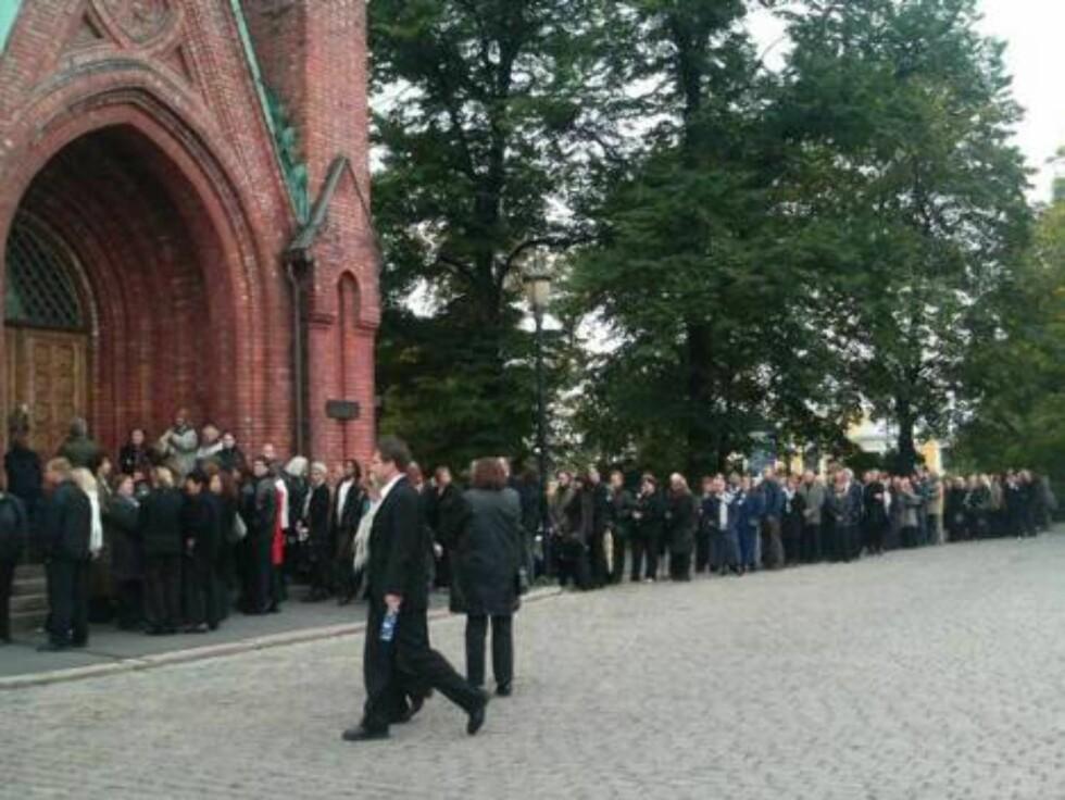LANG KØ: Her venter Jan Wernes venner og kollegaer på å komme inn i bisettelsen. Foto: seher.no