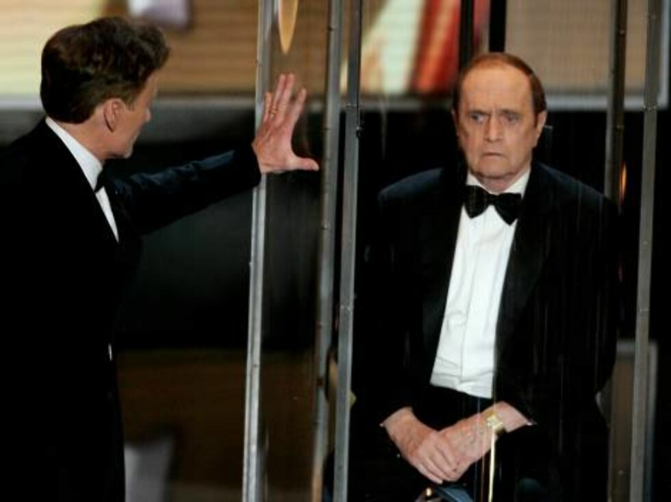 LOS ANGELES - AUGUST 27:  Host Conan O'Brien (L) and Actor Bob Newhart onstage at the 58th Annual Primetime Emmy Awards at the Shrine Auditorium on August 27, 2006 in Los Angeles, California.  (Photo by Vince Bucci/Getty Images) *** Local Caption *** Cona Foto: All Over Press