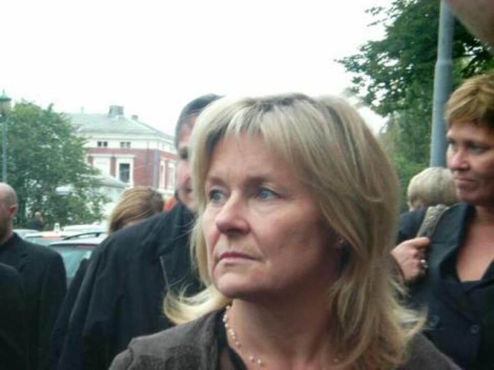 TUNG DAG: Bettan tydde til tårene da Jan Werner ble bisatt. Foto: seher.no