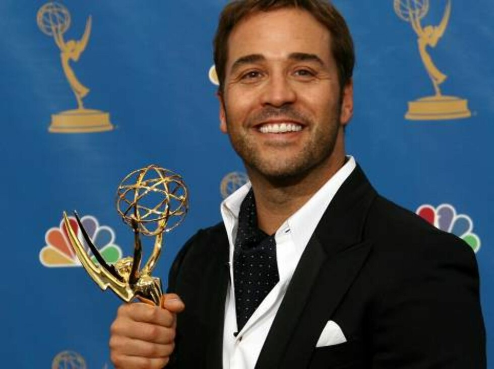 "LOS ANGELES - AUGUST 27:  Actor Jeremy Piven poses in the press room after winning Outstanding Supporting Actor in a Comedy Series for "" Entourage"" at the 58th Annual Primetime Emmy Awards at the Shrine Auditorium on August 27, 2006 in Los Angeles, Califo Foto: All Over Press"