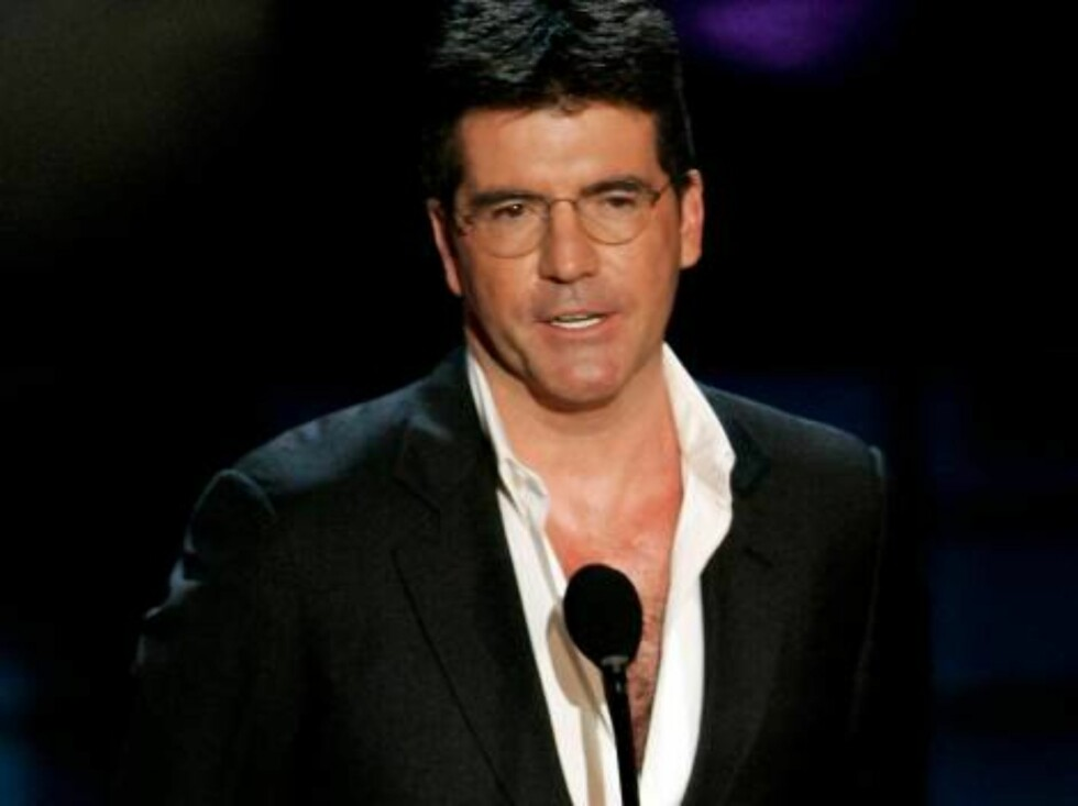 LOS ANGELES - AUGUST 27:  TV Personality Simon Cowell presents the intro to tribute onstage at the 58th Annual Primetime Emmy Awards at the Shrine Auditorium on August 27, 2006 in Los Angeles, California.  (Photo by Vince Bucci/Getty Images) *** Local Cap Foto: All Over Press