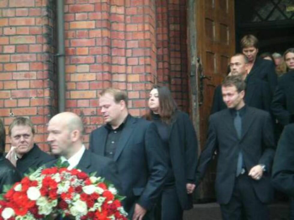 PÅ VEI UT: Tommy Steine og andre venner på vei ut av kirken etter bisettelsen. Foto: seher.no