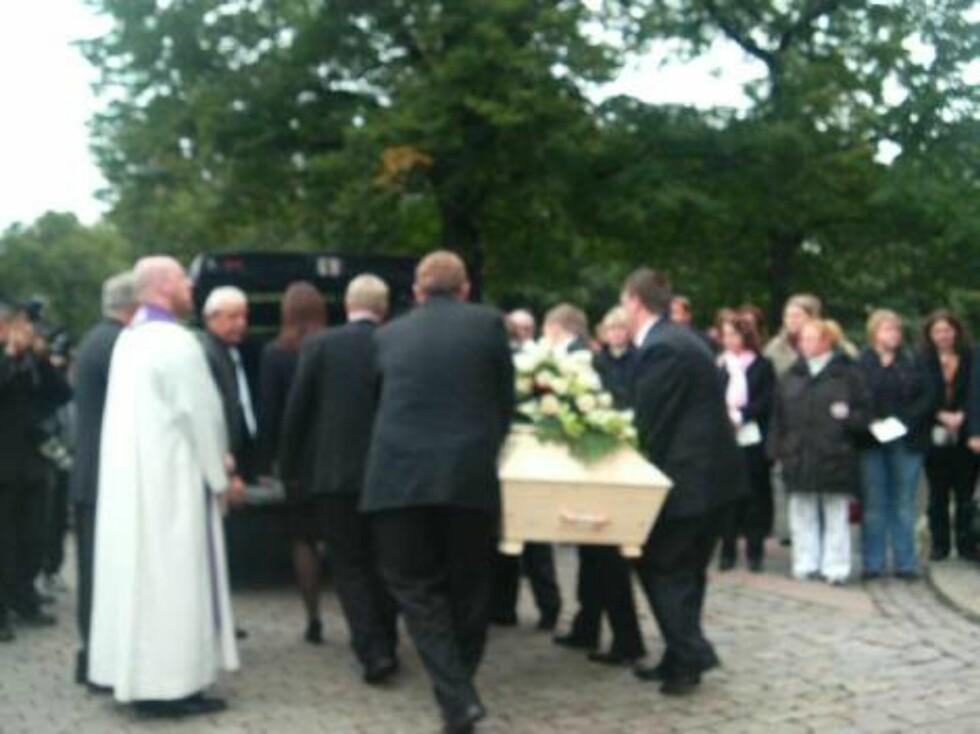 SISTE REIS: Jan Werners kiste bæres inn i bilen - for å kjøres hjem til Nord-Odal. Foto: seher.no