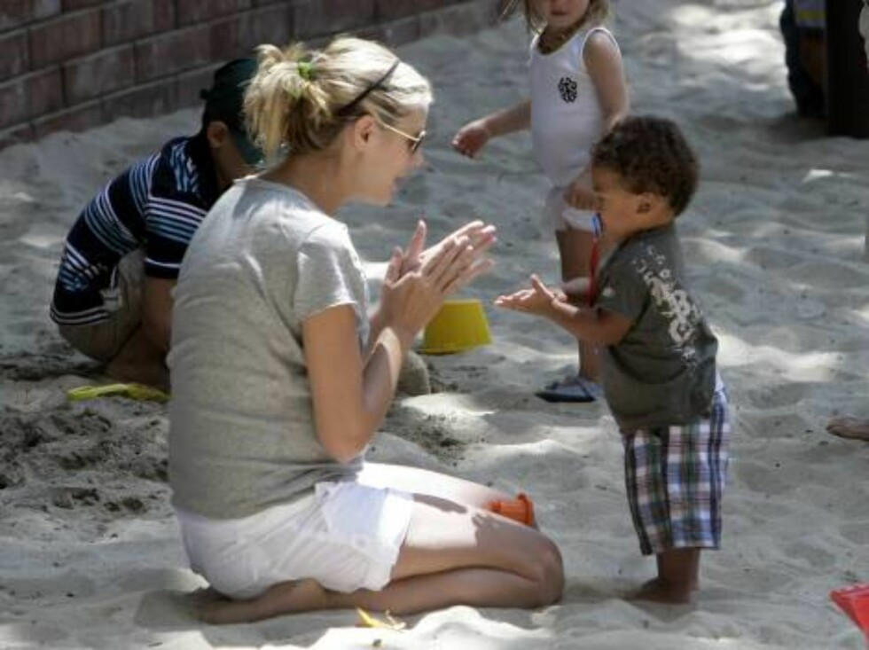 Heidi Klum at park with daughter Leni and son Henry August 25, 2006 X17agency exclusive Foto: All Over Press
