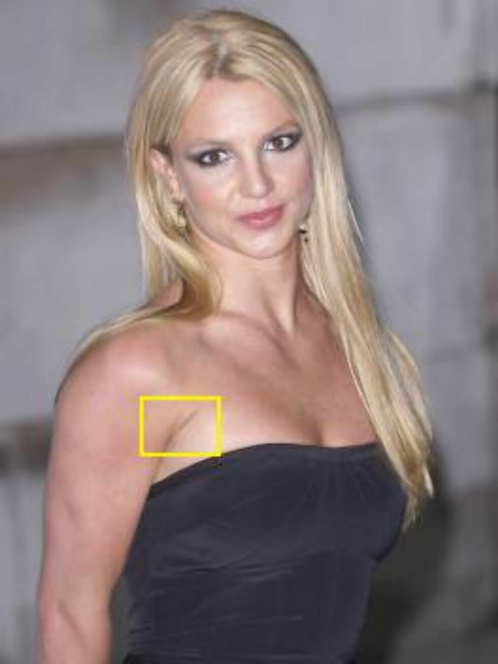 LONDON - JANUARY 26: (FILE PHOTO) Britney Spears arrives at the 'blue carpet' launch of Pepsi's new TV commecial at the National Gallery on January 26, 2004 in London. The Gladiator-style advert stars Enrique Iglesias in the role of evil emperor with Pink Foto: All Over Press