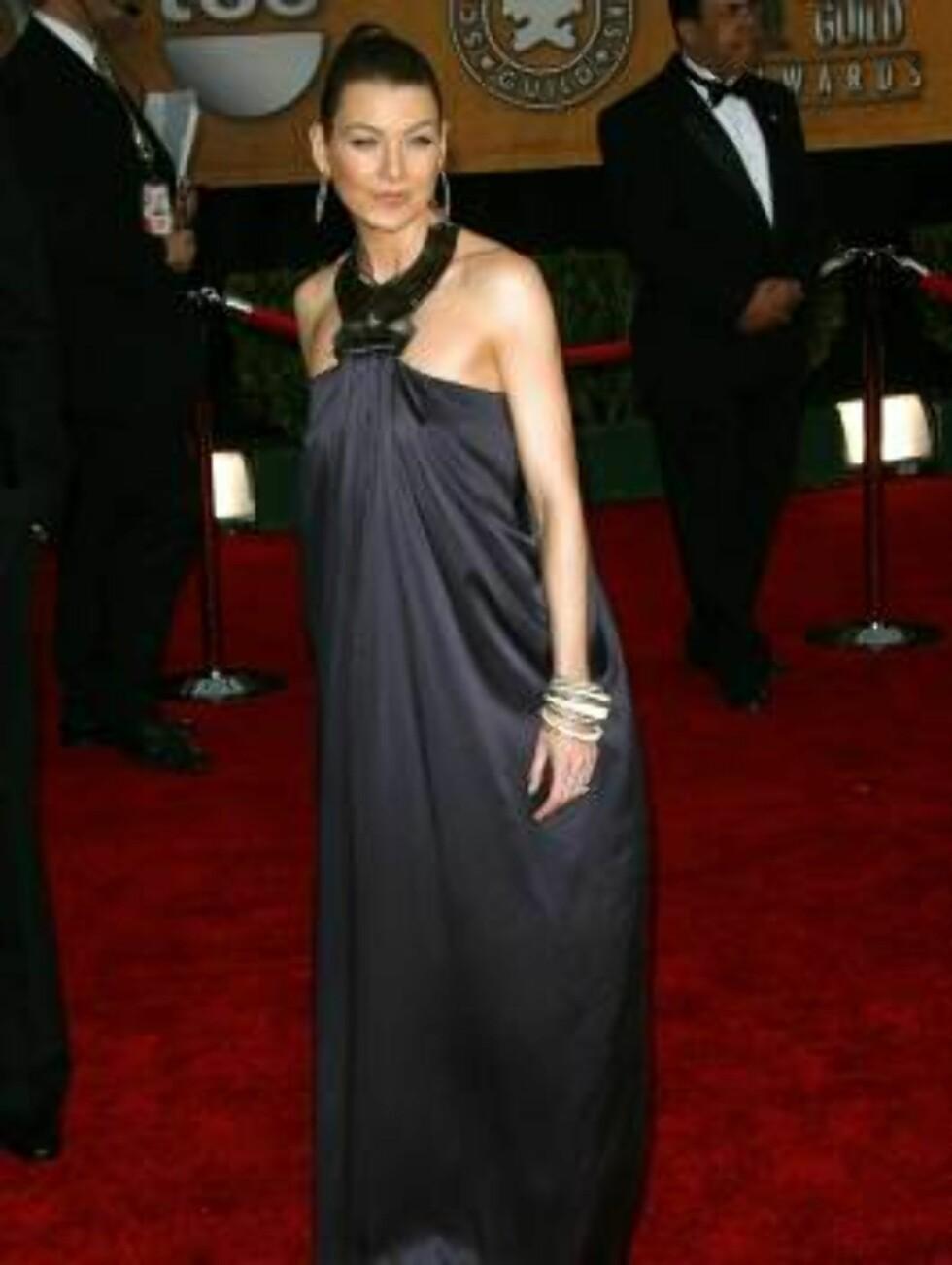 """VERST?: """"Grey's Anatomy""""-stjernen Ellen Pompeo er vakker som en solskinnsdag, men denne gigantiske kjolen gir oss lyst på en ørliten formørkelse. Foto: All Over Press"""