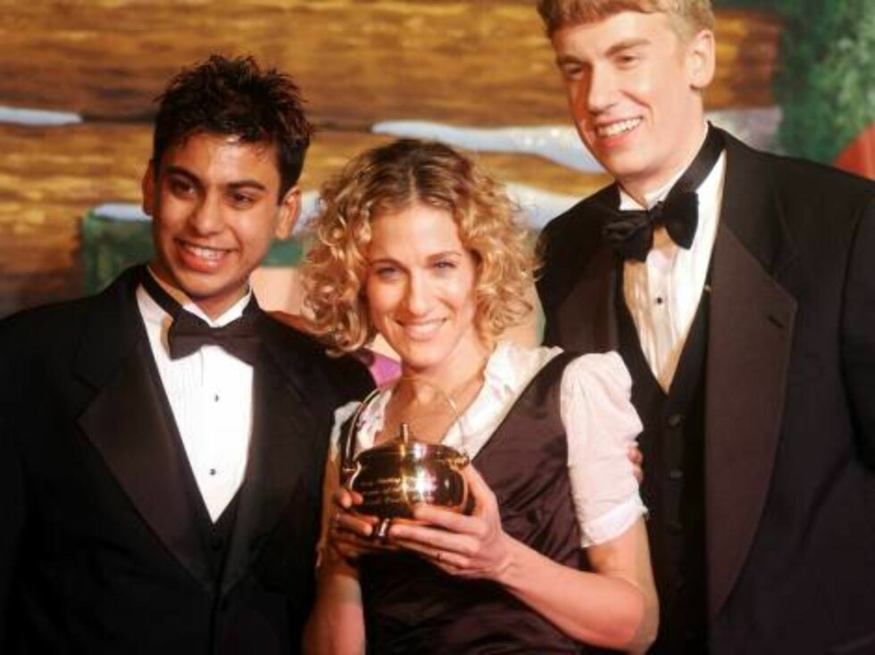 400721 07:  Actress Sarah Jessica Parker (C) holds the Pudding Pot award next to presenters Krishnan Unnikrishman (L) and Greg Padgett (R) at the 52nd annual Hasty Pudding Pot award presentation February 7, 2002 in Cambridge, MA. Parker is the Hasty Puddi Foto: All Over Press