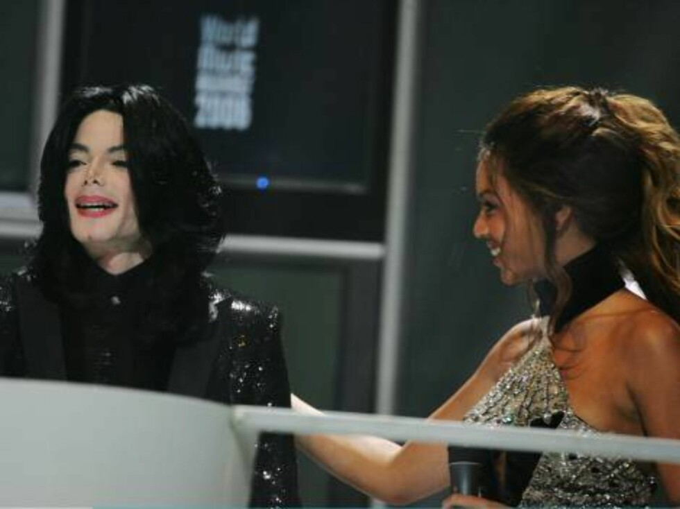 LONDON - NOVEMBER 15:  Singer Michael Jackson receives the Diamond Award from Beyonce Knowles during the 2006 World Music Awards at Earls Court on November 15, 2006 in London.  (Photo by Getty Images/Getty Images) *** Local Caption *** Michael Jackson;Bey Foto: All Over Press
