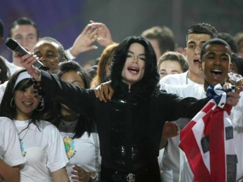 Michael Jackson performs on stage during the World Music Awards at Earls Court in London, Wednesday  Nov. 15 2006. (AP Photo / Lewis Whyld, pa)  ** UNITED KINGDOM OUT  NO SALES  ** Foto: AP