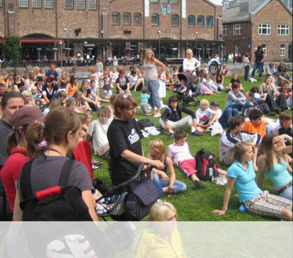 Publikum koser seg på Solsiden i Trondheim Foto: Unni Eiklid