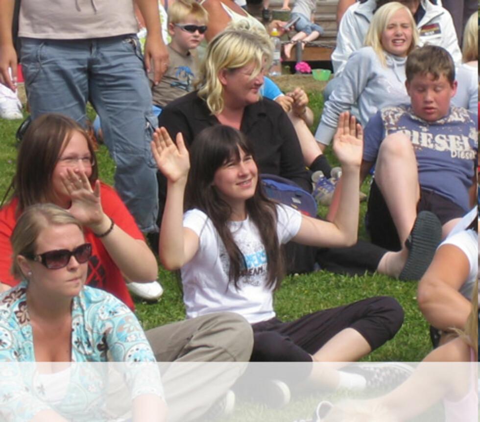 Trondheimerne koser seg i solen under showet Foto: Unni Eiklid