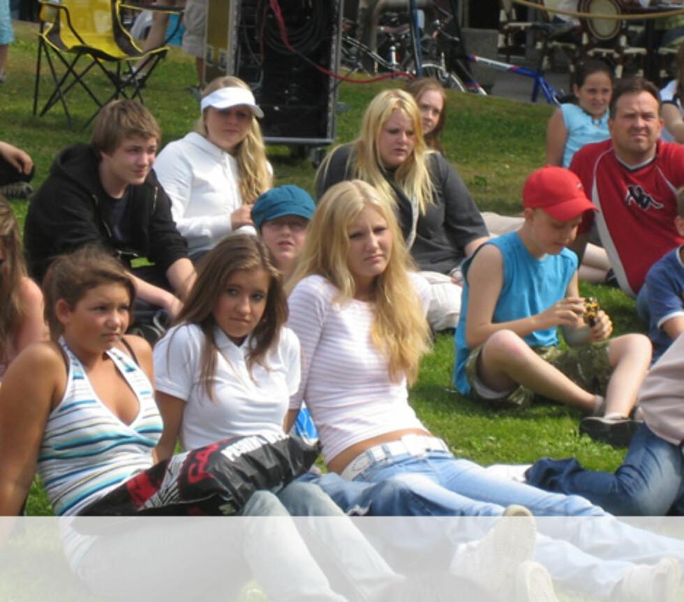 Trondheimerne koser seg i solen under showet. Foto: Unni Eiklid