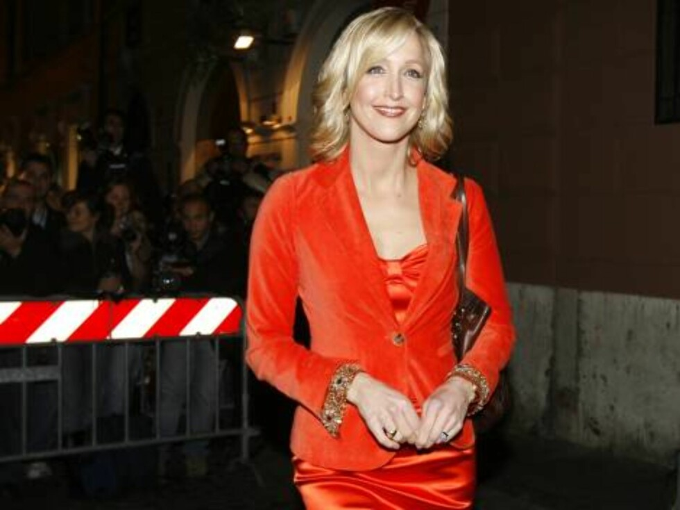 """Lara Spencer, host of the syndicated television entertainment program """"The Insider"""" poses outside of a restaurant where U.S. actor Tom Cruise and his fiancee, U.S. actress Katie Holmes were having dinner in Rome, Thursday, Nov. 16, 2006. Cruise and Holmes Foto: AP"""