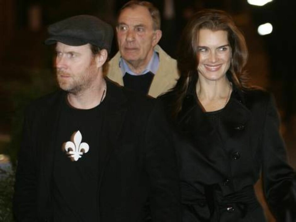 Actress Brooke Shields, right, with others unidentified, on their way to a restaurant for dinner with U.S. actor Tom Cruise and U.S. actress Katie Holmes in Rome, Thursday Nov. 16, 2006. Cruise and Holmes are expected to marry in the Orsini Odescalchi cas Foto: AP