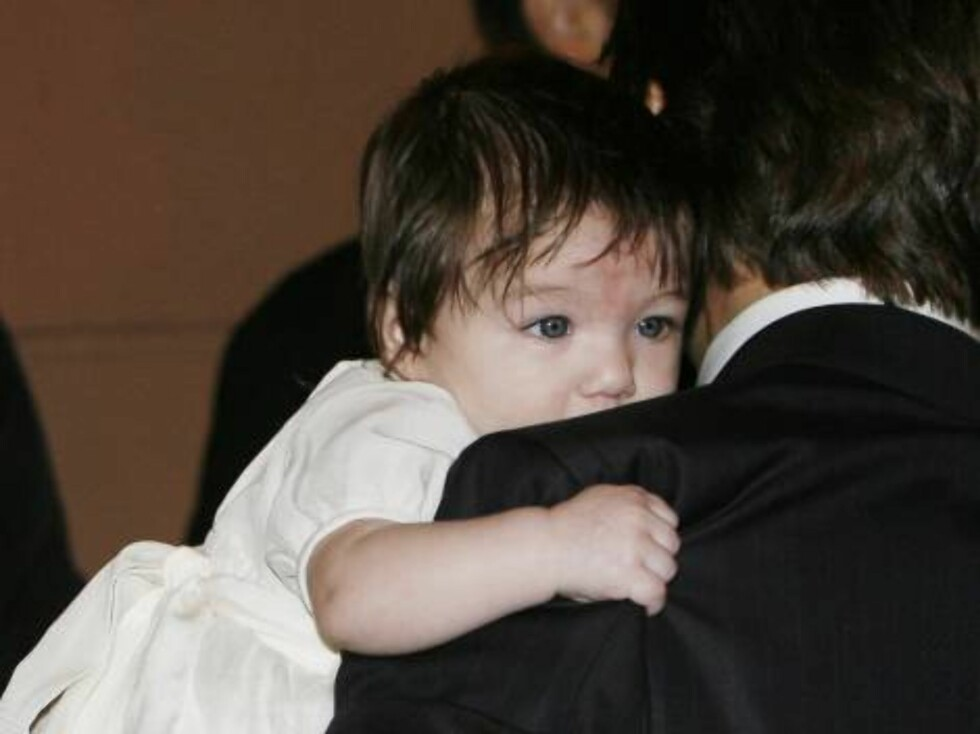 U.S. actor Tom Cruise holds his daughter Suri as they leave their hotel  in Rome, Thursday Nov. 16, 2006. Cruise and Holmes are expected to marry in the Orsini Odescalchi castle in the lakeside town of Bracciano just 60 kilometers (37.5 miles) from the ca Foto: AP