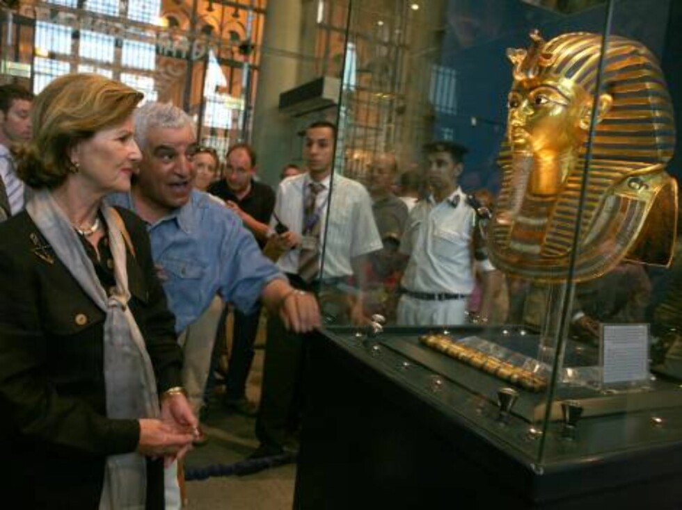 """Queen Sonja of Norway listens to Zahi Hawass, Secretary General of the Supreme Council of Antiquities, center, as he tells her about the famous """"Golden Mask"""" of the boy Pharaoh King Tutankhamen at the Egyptian Museum in Cairo, Egypt Saturday, Oct. 28, 200 Foto: AP/SCANPIX"""
