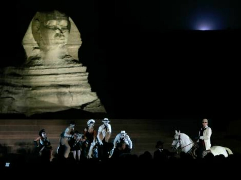"""A performance of Henrik Ibsen's drama """"Peer Gynt"""", attended by Queen Sonja of Norway and Suzanne Mubarak, wife of the Egyptian president, takes place at the Giza pyramids in Cairo, Egypt Friday, Oct. 27, 2006. """"Peer Gynt"""" is Norwegian playright Henrik Ibs Foto: AP/SCANPIX"""
