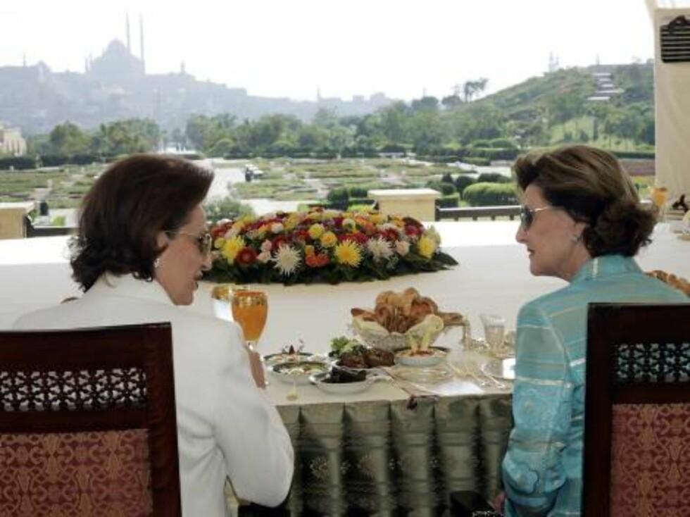 KAIRO, EGYPT, 20061027:  Dronning Sonja og den egyptiske presidentfruen, Suzanne Mubarak, spiste fredag lunsj i al-Azhar parken i Kairo. Senere på kvelden skal begge overvære den storlåtte Peer Gynt-oppsetningen foran Sfinksen og Pyramidene i Giza. Fot Foto: SCANPIX