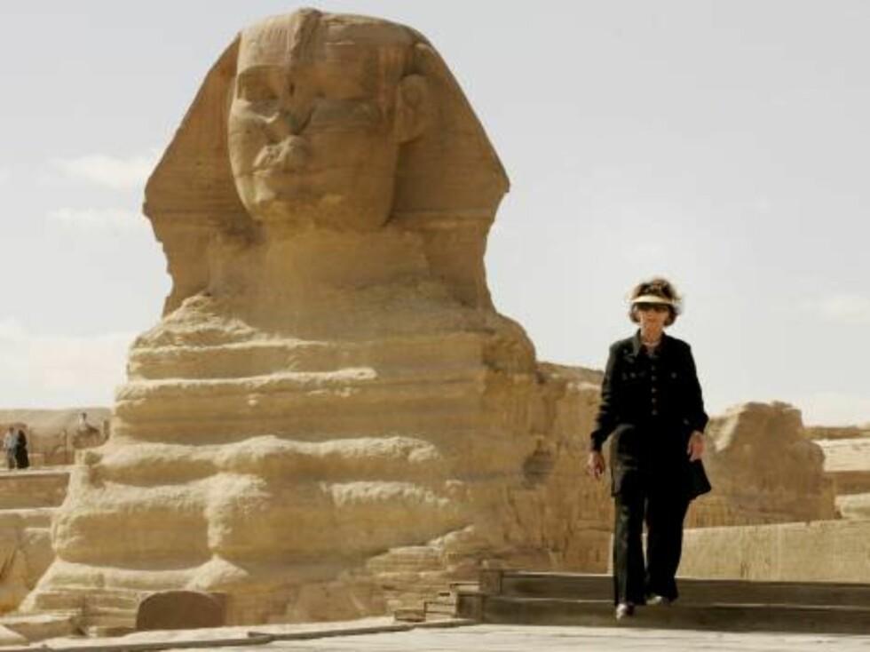 KAIRO, EGYPT, 20061028:   Dronning Sonja brukte lang tid hos Sfinksen da hun pyramidene på Giza-platået utenfor Kairo lørdag ettermiddag Foto: Heiko Junge / SCANPIX Foto: SCANPIX