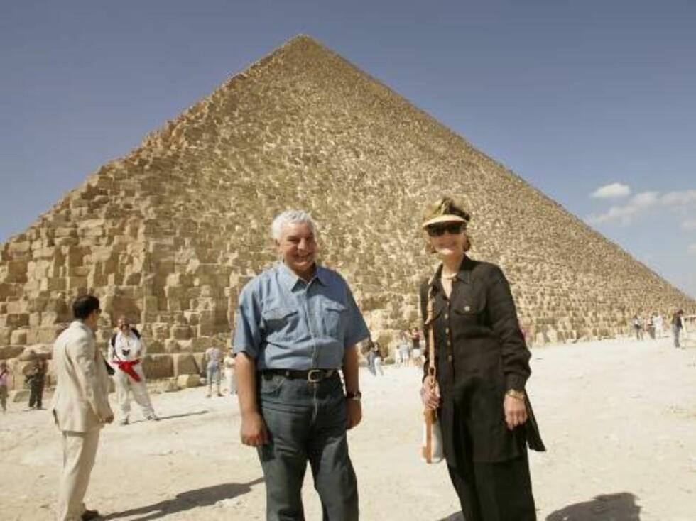 KAIRO, EGYPT, 20061028:   Dronning Sonja og dr. Zahi Hawass tok seg god tid da hun besøkte og pyramidene på Giza-platået utenfor Kairo lørdag formiddag. Hawass er arkeolog, egyptolog og generalsekretær for det øverste råd for oldtidsminner i Egypt. Foto: SCANPIX