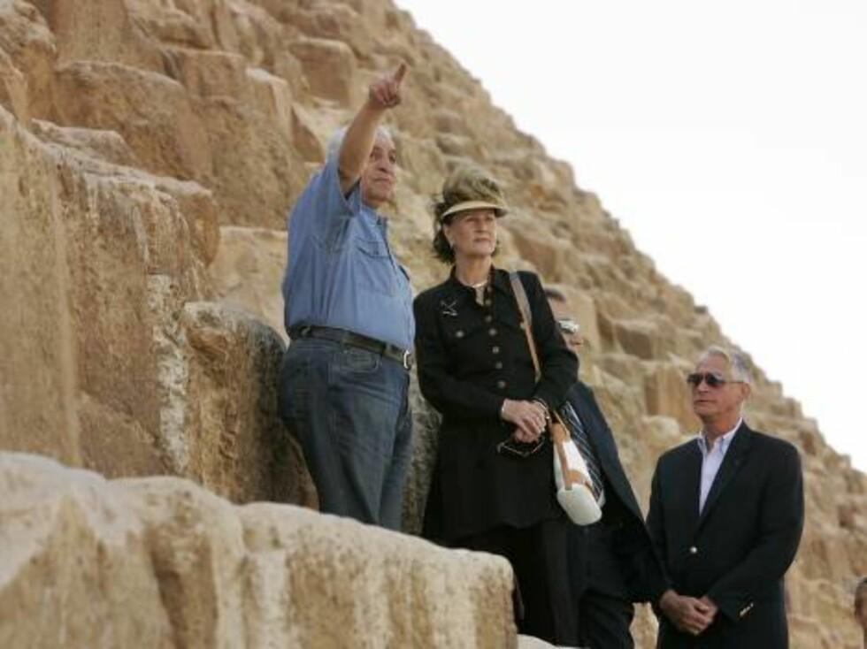 KAIRO, EGYPT, 20061028:   Dronning Sonja og dr. Zahi Hawass tok seg god tid da hun besøkte  pyramidene på Giza-platået utenfor Kairo lørdag formiddag. Hawass er arkeolog, egyptolog og generalsekretær for det øverste råd for oldtidsminner i Egypt. F Foto: SCANPIX