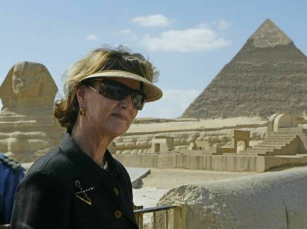 Queen Sonja of Norway stands to be photographed in front of the Sphinx and pyramids during her visit to the great pyramids at Giza in Cairo, Egypt Saturday, Oct. 28, 2006. Queen Sonja is in Cairo for a five-day visit. (AP Photo/Khaled Desouki, Pool) Foto: AP/SCANPIX