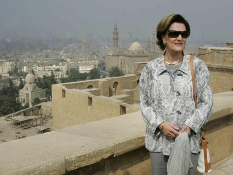 KAIRO, Egypt 20061026: Dronning Sonja beundret utsikten over Kairo fra et utsiktspunkt utenfor byens mest berømte moské, Muhammad Ali-moskeen. Moskeen ligger på en av den egyptiske hovedstadens få høyder.Foto: Heiko Junge / SCANPIX Foto: SCANPIX