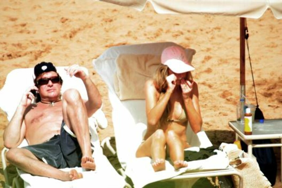 HAWAII 2007-01-31. Denise Richards spends special attention to her nose while lying on a Hawaiian beach with boyfriend Richie Sambora.  In this set of photos we see her putting both hands near her nose, perhaps cupping them to keep the wind  away, and pla Foto: Stella Pictures