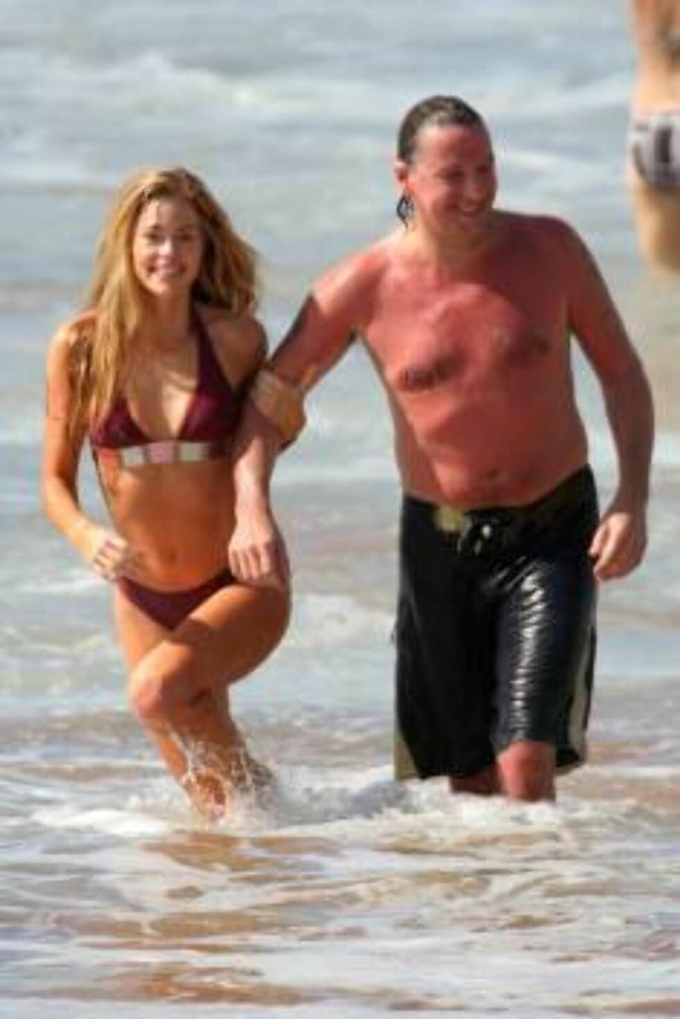 HETT PÅ HAWAII: Denise Richards og Richie Sambora nyter late dager på øya. Foto: Stella Pictures