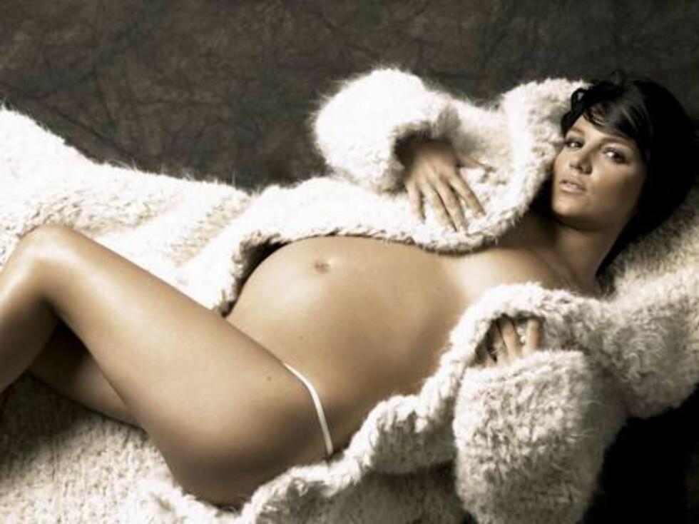 EVAS DRAKT: Britney viser seg i all sin gravide prakt i Harper's Bazaar. Foto: MPRESS