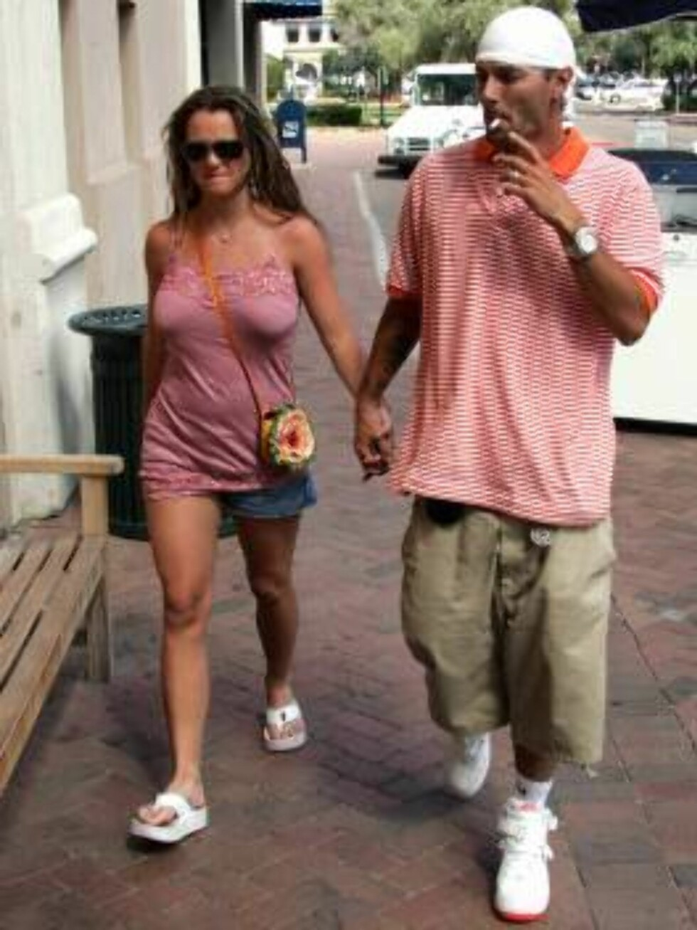 Code: X17XX8 - Ginsburg-Spaly, USA, 23.04.2005: Parents-to-be Britney Spears and Kevin Federline take a stoll while on vacation in the Southwest US.  Spears' waist and bust (!) are definitely expanding as is obvious on the braless Britney.  Kevin continue Foto: All Over Press