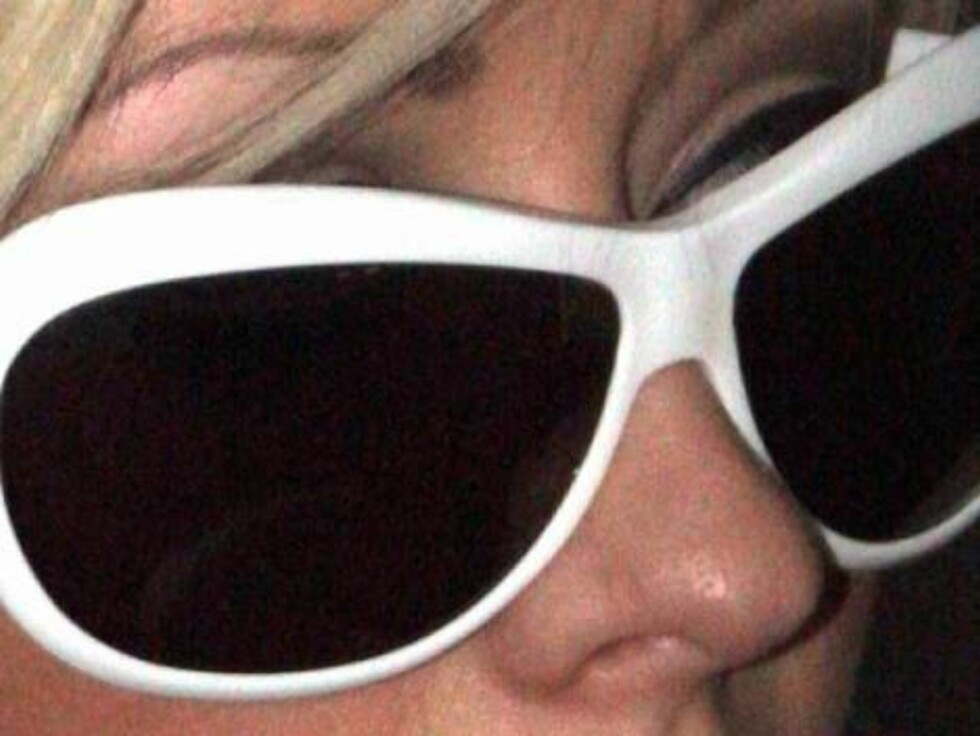 Code: X17XX8 -Volpe-Wasman, Hollywood, USA, 08.05.2005:  Soon married Christina Aguilera with big glasses with fiance Jordan buying video games in Hollywood on sunday. The couple spends a lot of time at home playing video games. All Over Press / X17 Agen Foto: All Over Press
