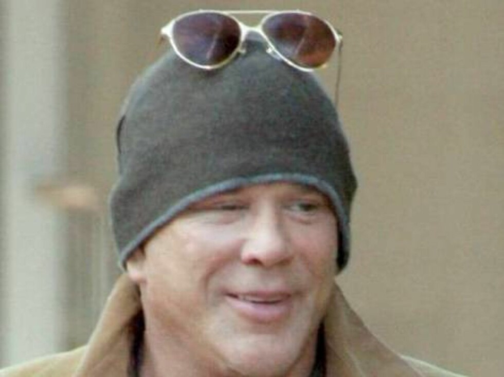 Mickey Rourke with dog shopping at Fred Segal in Santa  Monica February 15, 2006 X17agency EXCLUSIVE / ALL OVER PRESS Foto: All Over Press