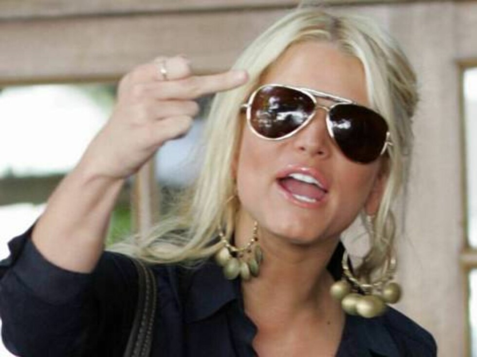 Jessica Simpson with a visible bra going to a restaurant in Calabasas gives the finger to the photog, unusually upset. September 13, 2005 X17agency EXCLUSIVE  / ALL OVER PRESS Foto: All Over Press
